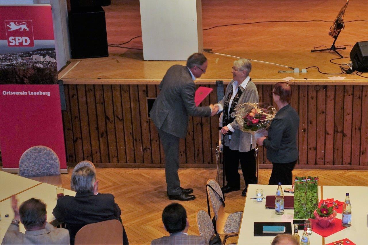 Hilde Grob wurde für 50 Mitgliedschaft in der SPD verbunden mit ihrer Tätigkeit in vielen Funktionen im Ortsverein durch die Ortsvereinsvorsitzende Elviera Schüller-Tietze geehrt. Andreas Stoch überreichte ihr die Urkunde.